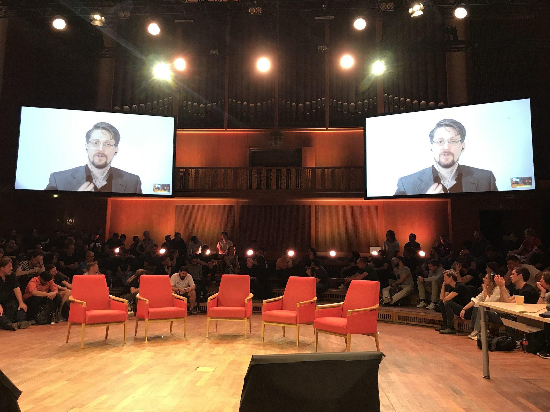 giá bitcoin: Edward Snowden nhấn mạnh vai trò của bảo mật thông tin cá nhân tại hội nghị Web3 Summit