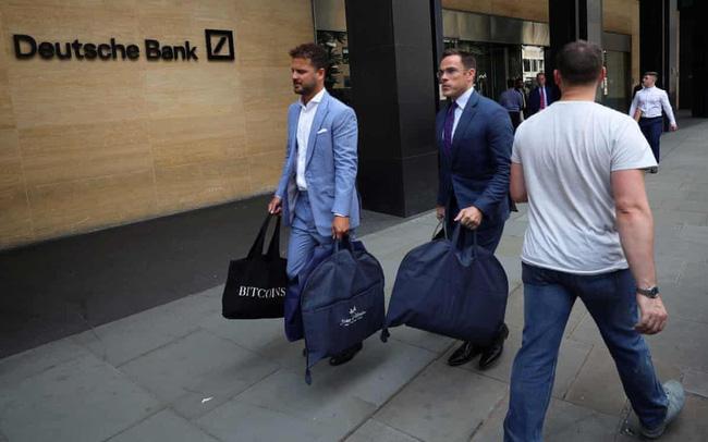 giá bitcoin: Cảnh tượng như khủng hoảng tài chính của Deutsche Bank: Nhân viên rời đi trong nước mắt, chỉ có 1 tiếng để thu dọn đồ đạc, áp lực đè nén từ Sydney sang London cho tới New York