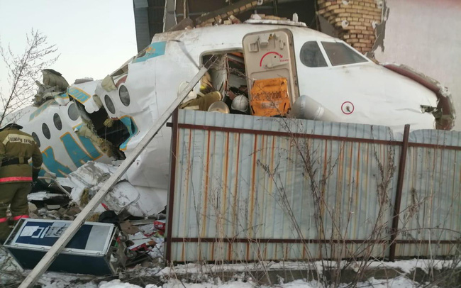 giá bitcoin: Máy bay chở 100 người đâm đổ nhà vì mất độ cao, hàng chục người thoát chết thần kỳ