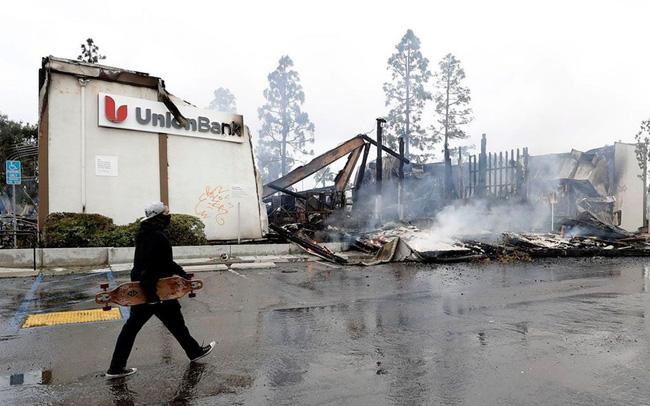 giá bitcoin: Biểu tình leo thang thành bạo lực, 2 ngân hàng chìm trong biển lửa
