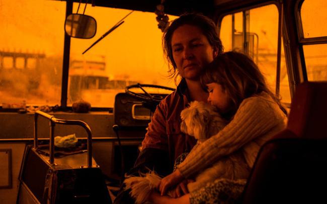 """giá bitcoin: Hành trình trốn chạy của gia đình Úc khỏi cháy rừng: Rời bỏ thị trấn """"Địa đàng"""", gói ghém đồ đạc lên xe và thuyền lang thang vô định"""